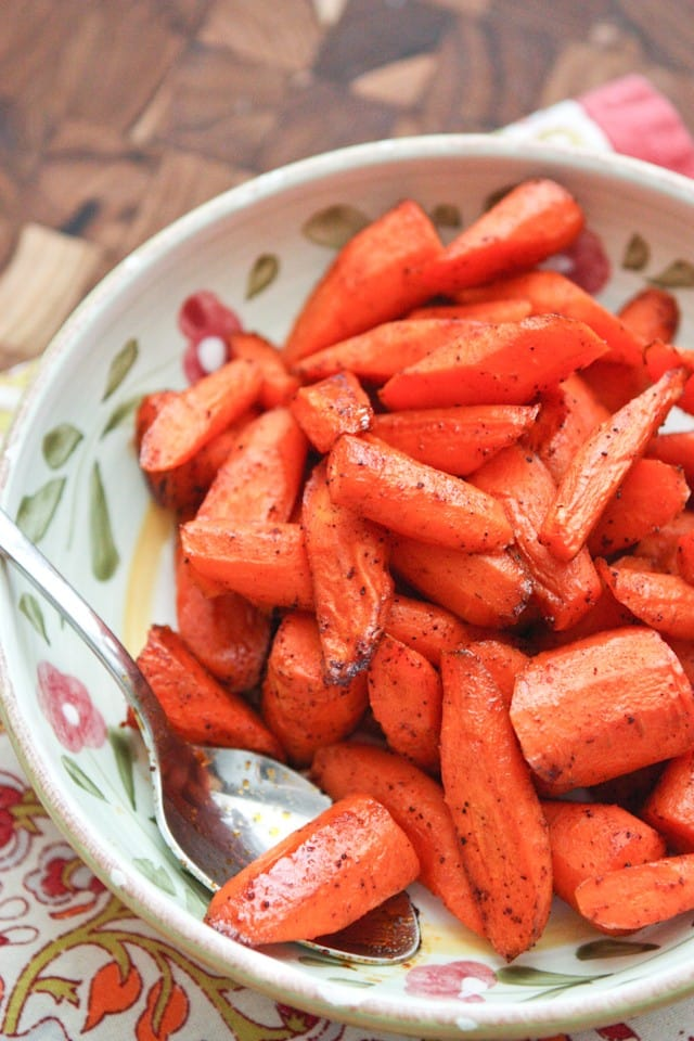 Chili Maple Roasted Carrots - healthy and easy side dish your family will love || Aggie's Kitchen