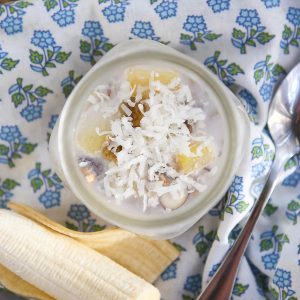 Tropical Overnight Oats Recipe: a combination of muesli, pineapple, golden raisins, coconut and almonds...this is the kind of breakfast you can't wait to wake up to!